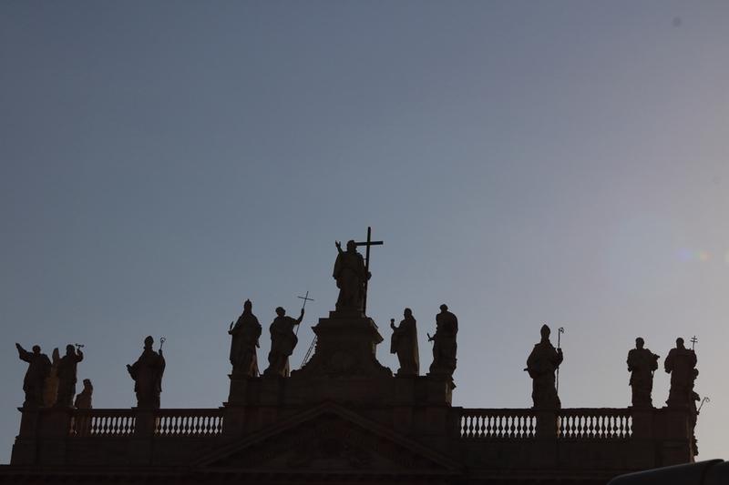 054.夕方のラテラノ大聖堂の聖人像1.JPG