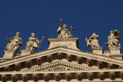 126. 早朝のラテラノ大聖堂の聖人1.JPG